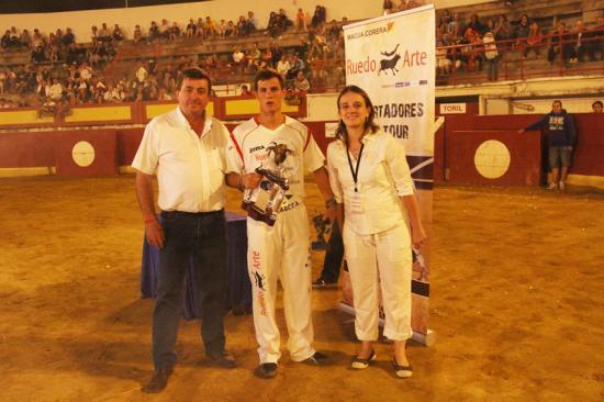 """Le champion d'Espagne """"CUATIO"""" gagnant du TORO DEFI 2011de Vieux Boucau avec les membres de la Peña."""
