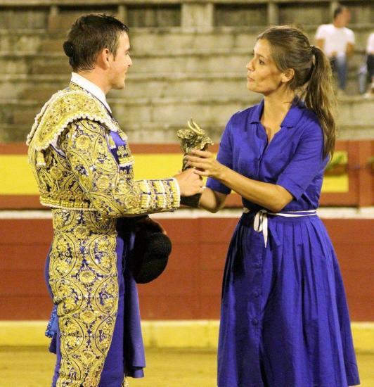Tania YOUNG remet le trophée de La Mariposa à Victor TALLON.